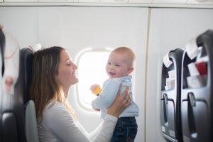 Att flyga med bebis: Guide och tips på saker att tänka på